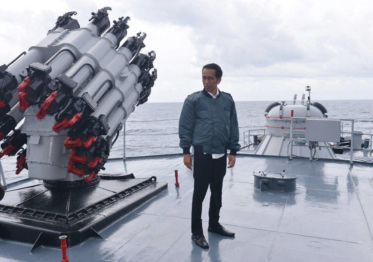 Presiden @jokowi  di Atas Kapal Perang RI  Imam Bonjol di Perairan Natuna, Kamis (23/6), @PEDOMAN.id https://t.co/nARym4Da7L