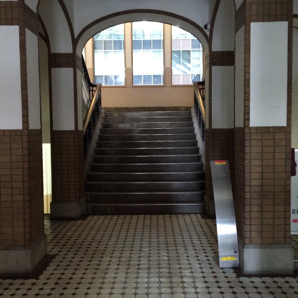 本郷キャンパスは広すぎて、よく迷う・・。 安田講堂は遠くから見ても迫力が。 東京大学 ゴシック建築 近代建築 レトロ建物pic.twitter.com/L4Bg2sIcvE