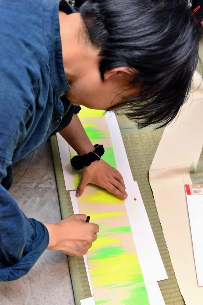 さきほど手書きして納品いたしました。明日のMステ、桑田佳祐さんゆかたで登場、スタイリスト氏が緊急発注、麻布十番のギャラリーで描きました。絵描き筋が、首と腕になんだか俺すごいね(汗) #桑田佳祐 #rumirock #yukata https://t.co/FKBdtiXiGh