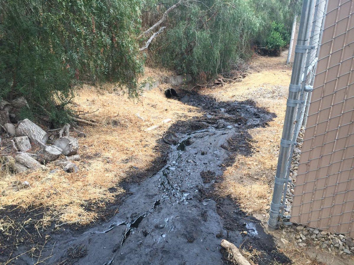 #VenturacityFD @VCFD responding to crude oil spill #GroveInc #Ventura. Up to 5,000 barrels -- HazMat teams on scene. https://t.co/FHAxrWEjKb