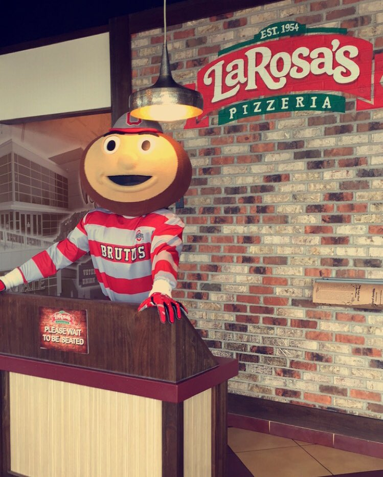 Apparently @LaRosasPizza has a new host on the job 😉 #BuckeyeBus @StudentLifeOSU https://t.co/9vdoQ05oQS