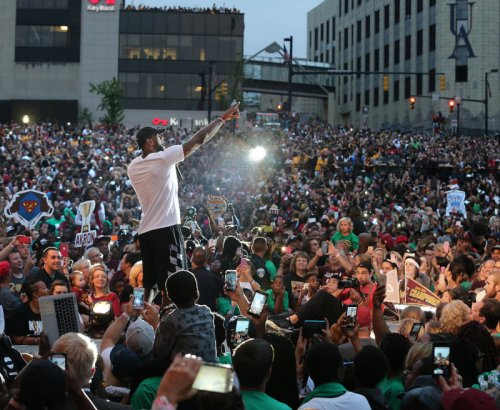 Akron designates downtown street King James Way during @KingJames celebration https://t.co/JnEw5AcLDY https://t.co/c2HmUmZDNC