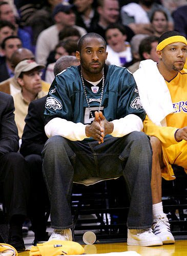 4cfac1c9ad4 Kobe wearing a Philadelphia Eagles jersey while injured on the bench ...