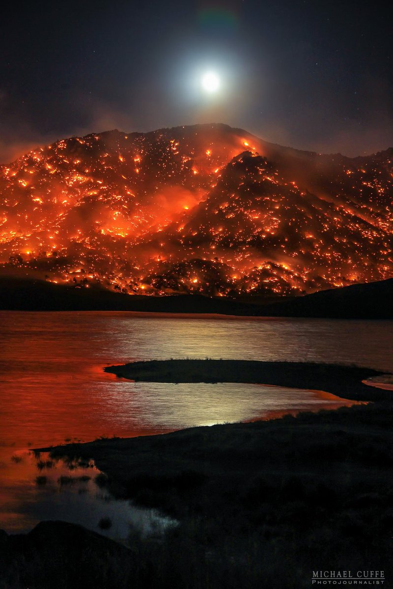AMAZING shot of the beautiful moon & glowing #ErskineFire over Lake Isabella