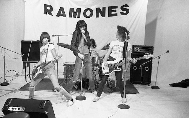 Fotos dos bastidores da primeira turnê dos Ramones: https://t.co/WPMscFU9Bp https://t.co/jIWGdMx0fr