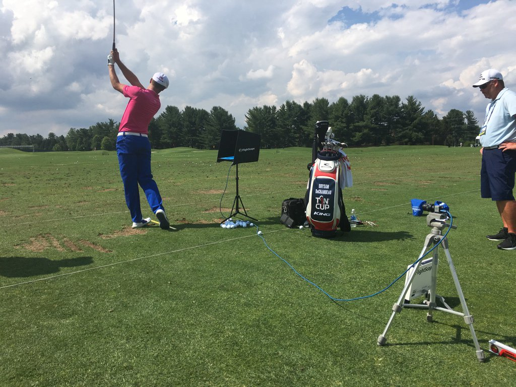Is that @b_dechambeau using a @Surface Pro 4 on the range with @FlightScopeGolf, @v1sports apps @QLNational? https://t.co/ekJ5J29XsG