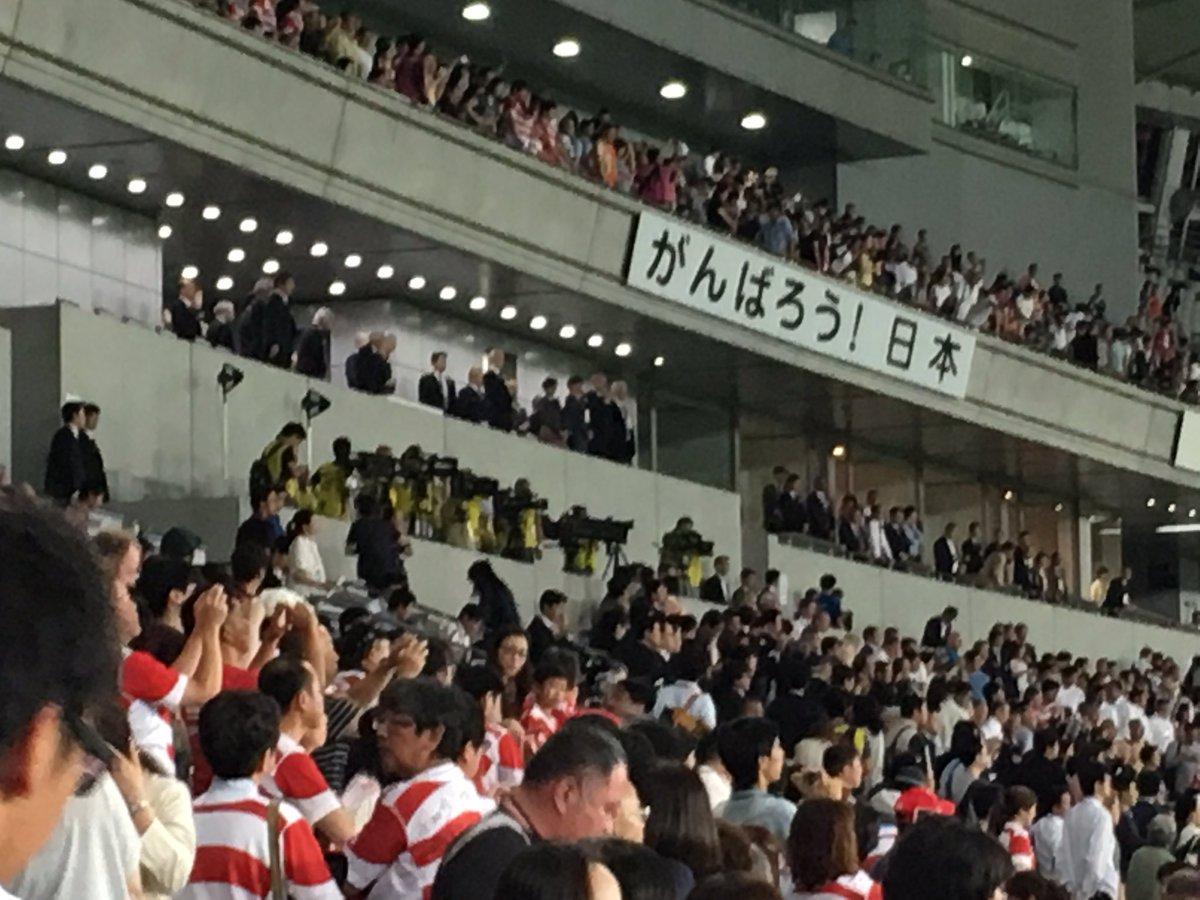 スコットランド代表と日本代表の選手が並んで天皇皇后両陛下へお辞儀! https://t.co/IPyBHgMMAQ