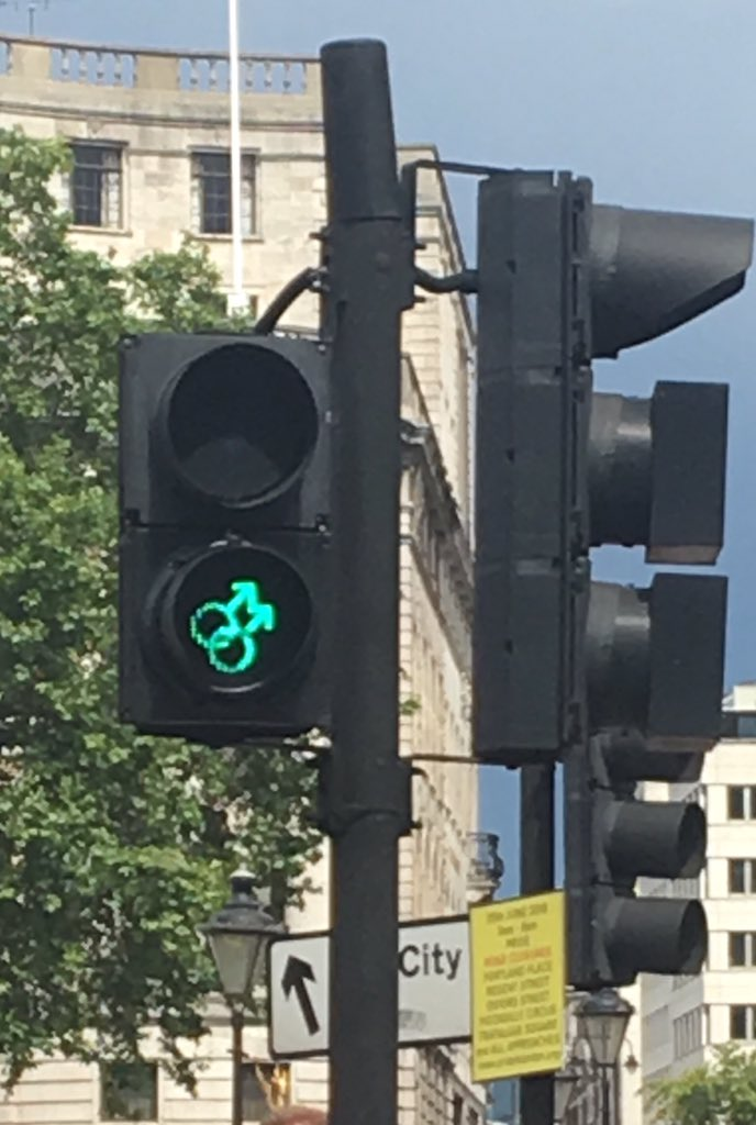 Even the traffic lights at Trafalgar Square are gay today! #Pride2016 https://t.co/aQQd19GyTh