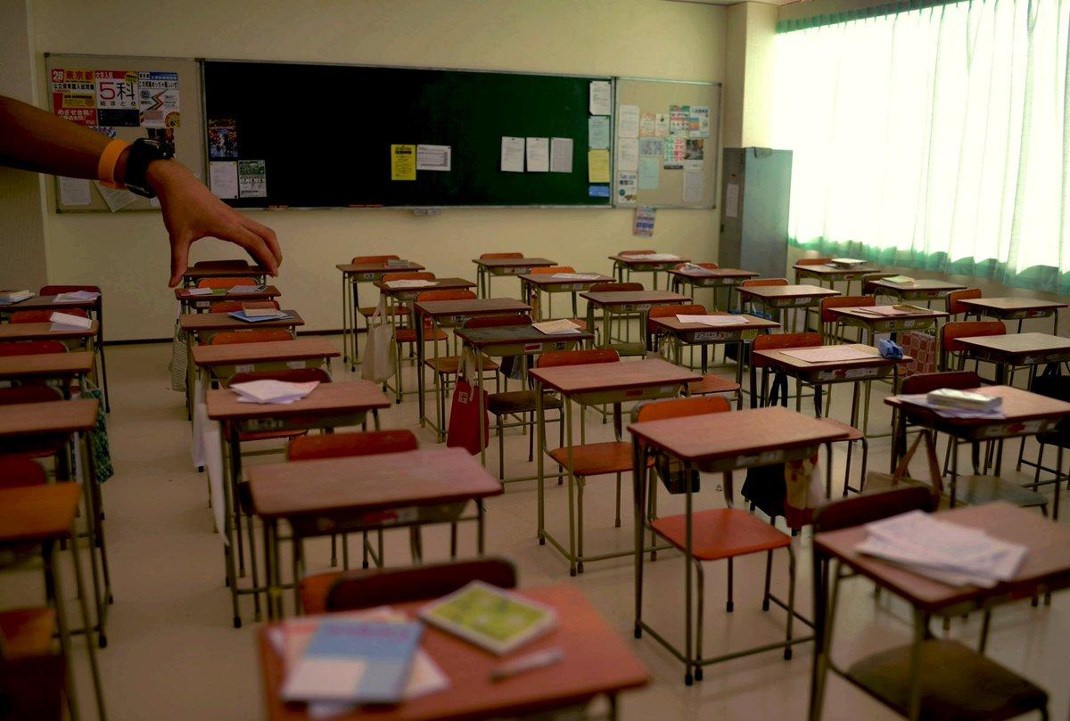 教室の後ろ側が完成しましたー!机、椅子、黒板、カーテン…全てが1つ1つ手作りです!それと、今日僕は18歳になりましたーー!!ヽ(∀)ノ#ジオラマ #ミニチュア #diorama pic.twitter.com/AgxZunO1Hl