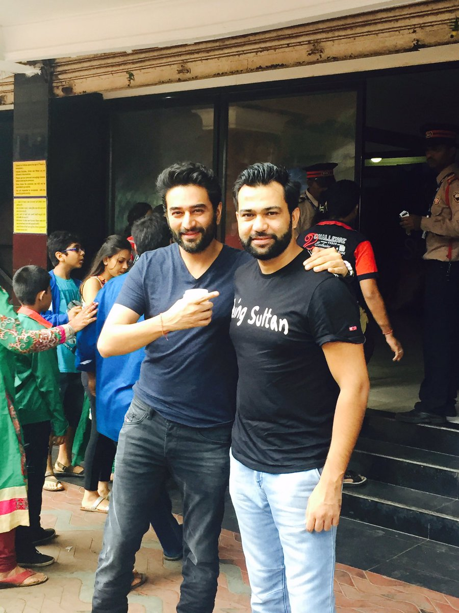 At Chandan ... With the super cool director of #Sultan @aliabbaszafar ... Watching #Sultan.@BeingSalmanKhan MADNESS https://t.co/PSDYP1BPad