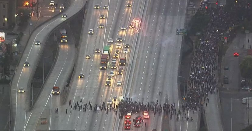 #BREAKING: Protesters in #Oakland are blocking all NB and SB lanes of I-880 near Broadway. https://t.co/AinBbccNeV