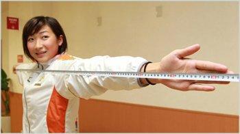 腕の長さを測る池江璃花子
