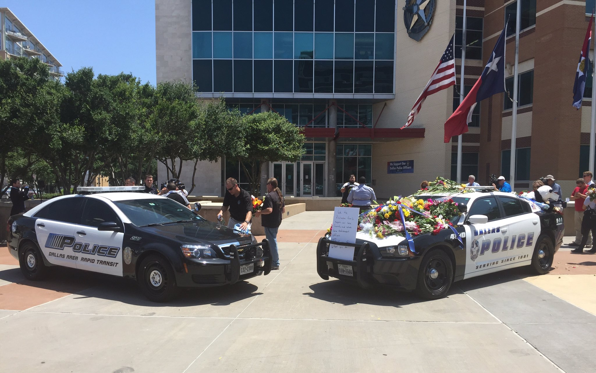 Two squad cars have been set up as #memorial in front of #DallasPolice HQ & @dartmedia. #PrayForDallas #PrayForDart https://t.co/VYDXlcQ1I8