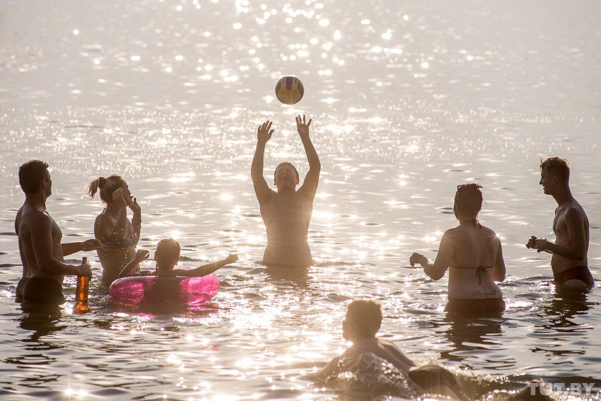 Открытка купание на озере ребенок