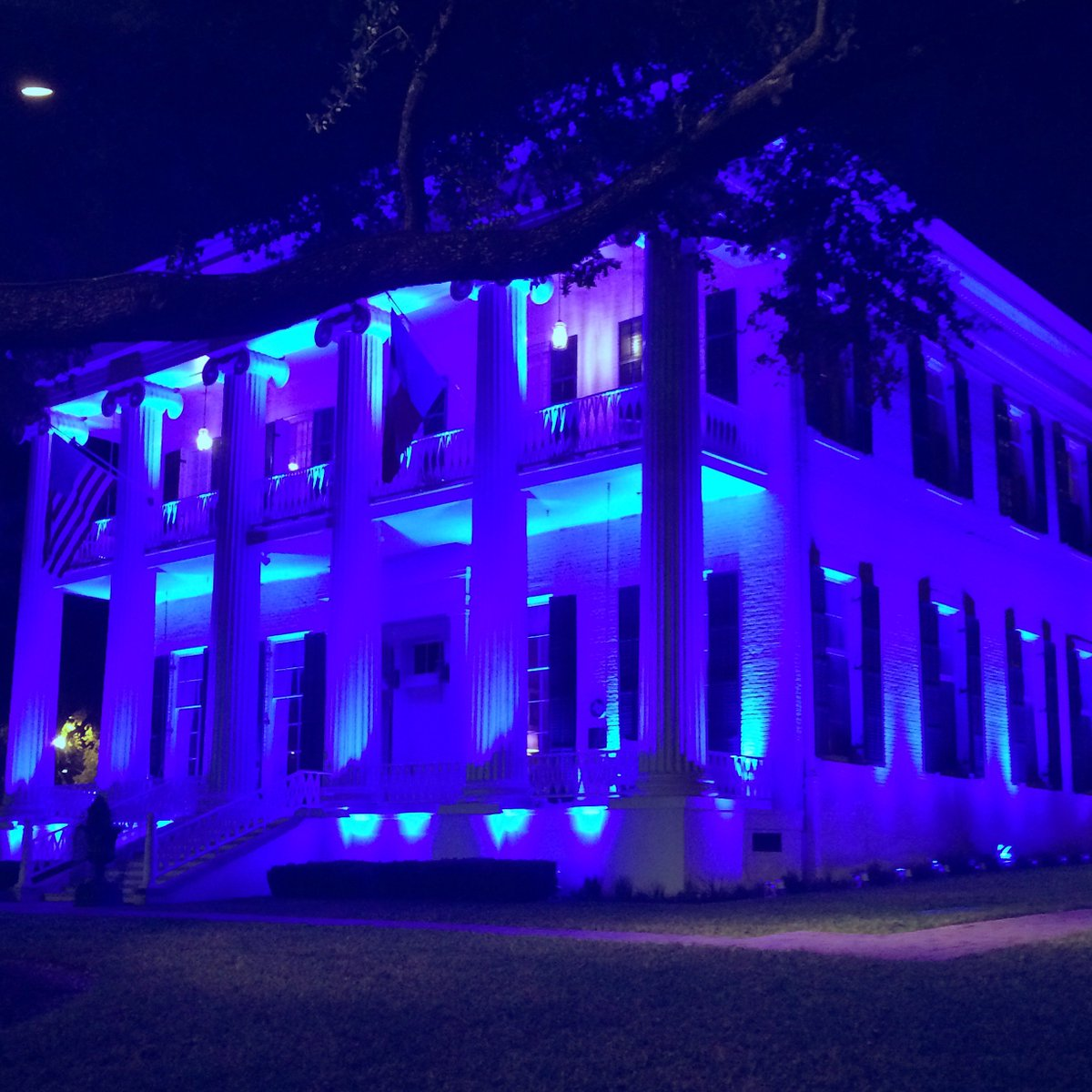 Tonight the #Texas Governor's Mansion will be lit blue to honor our law enforcement #DallasPoliceShooting https://t.co/tYFIeHv8Qx