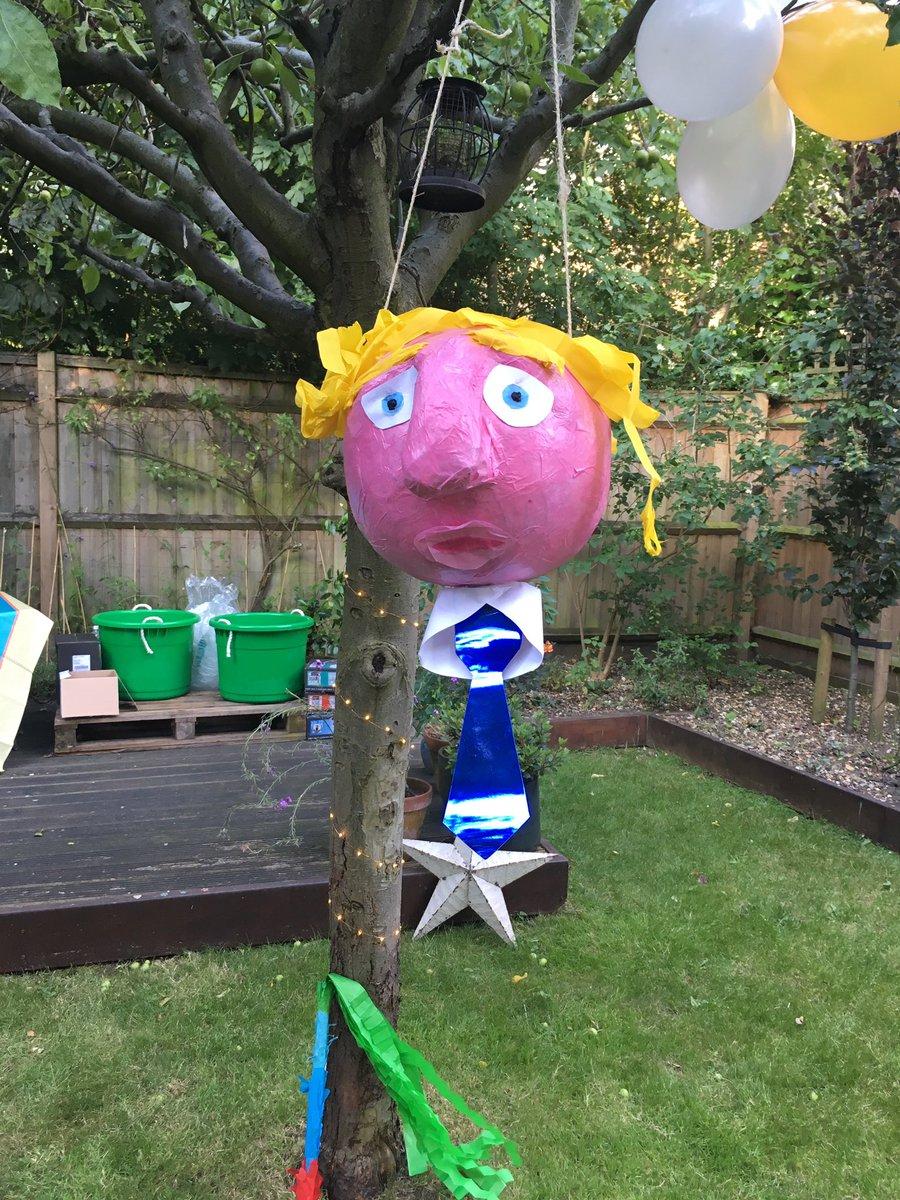 De riguer at metropolitan elite birthday parties, the Boris Johnson piñata https://t.co/SKCeR8lwwP