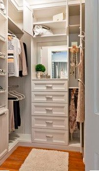 When space isn't at a premium, built in storage can lend a hand in closet organization. https://t.co/hoHOVodK8p