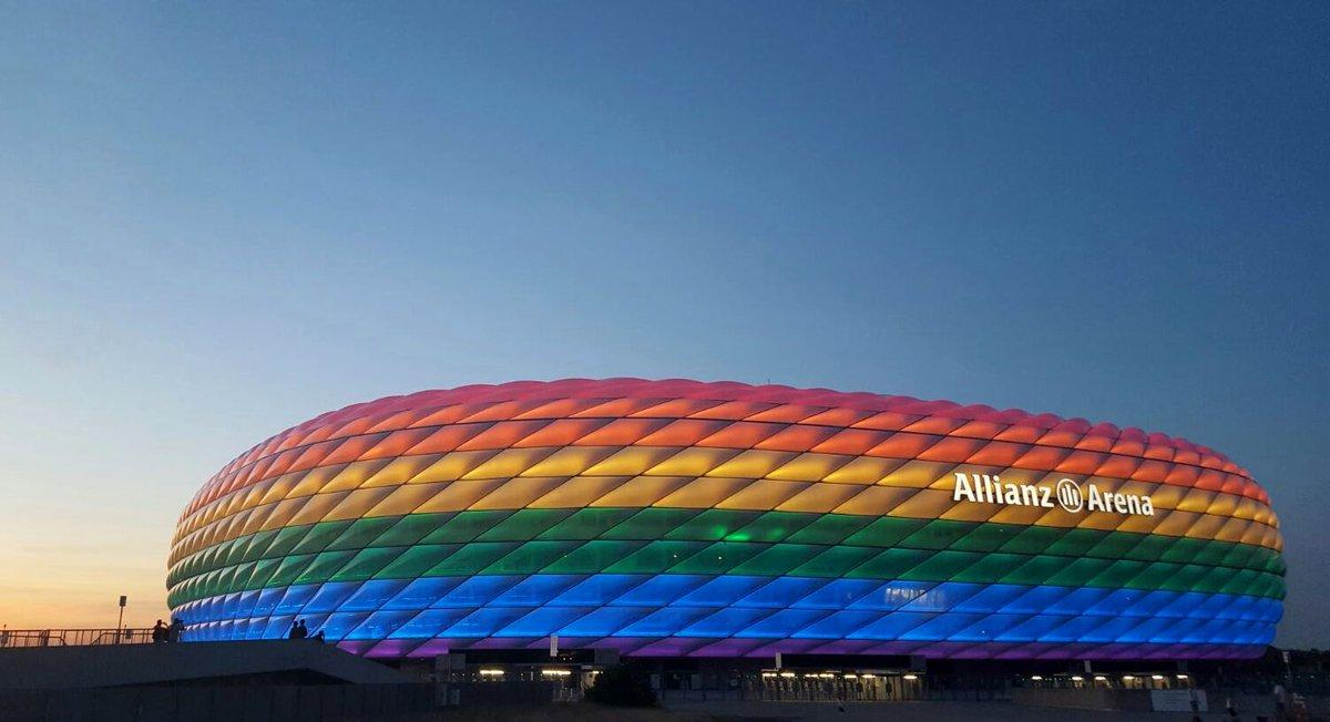 Ein Zeichen für die Toleranz: Die #AllianzArena erstrahlt zum #ChristopherStreetDay in Regenbogenfarben. #CSD2016