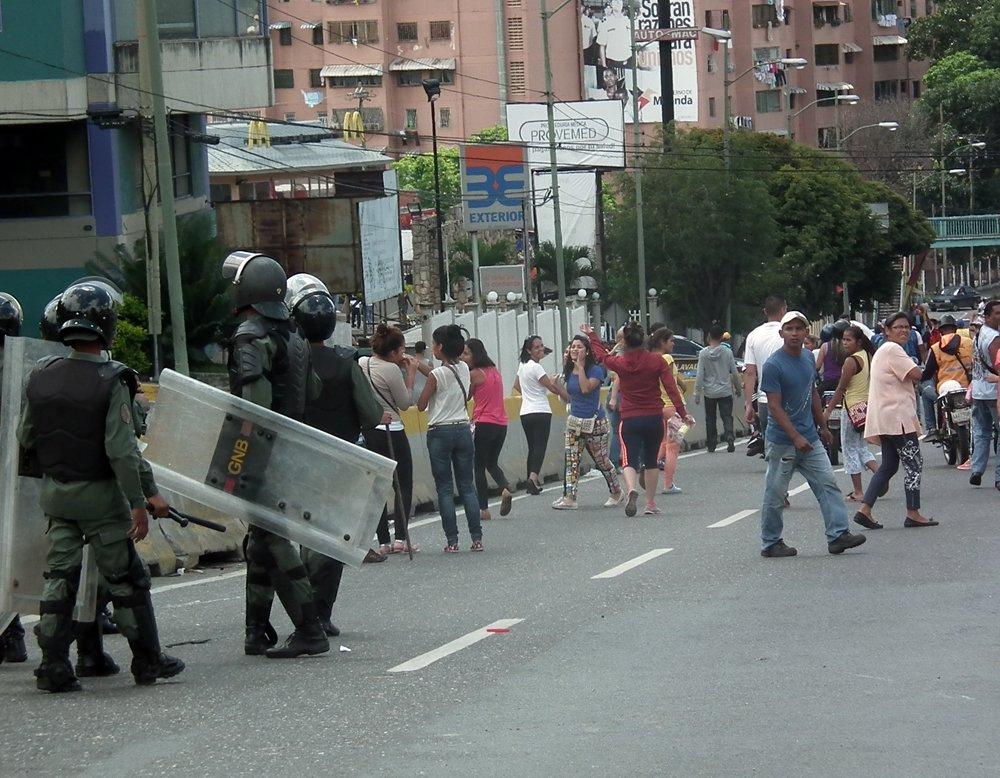 #9Jul 4:14pm Varios detenidos en enfrentamiento entre vecinos d Los Teques y GNB por escasez de comida https://t.co/vEjUdCXeGQ vía @dmurolo