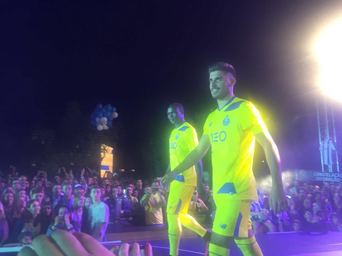 Aboubakar e Rúben Neves desfilam com o equipamento alternativo! #FCPorto @NBFootball