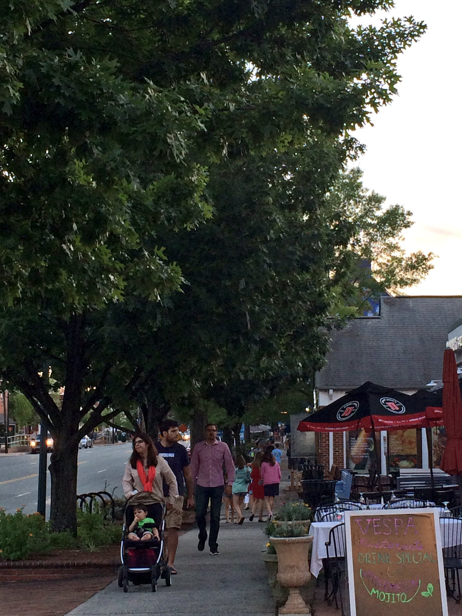 So many folks out enjoying a Saturday night in #ChapelHill #loveourdowntowns https://t.co/IlPPy0vzsd