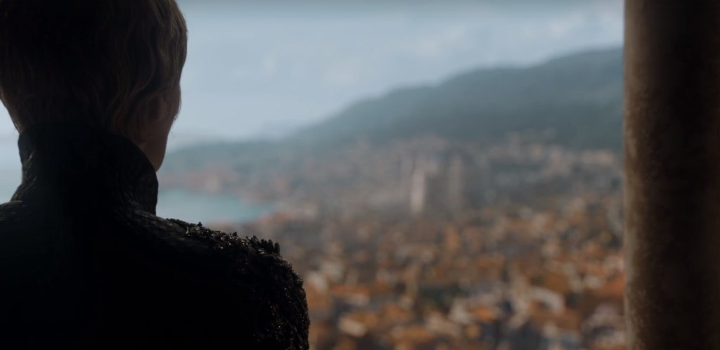 The show opens in silence (no music), save the ringing of the Sept bell, as Cersei looks out over Kingslanding. https://t.co/dD4GYLiWWO