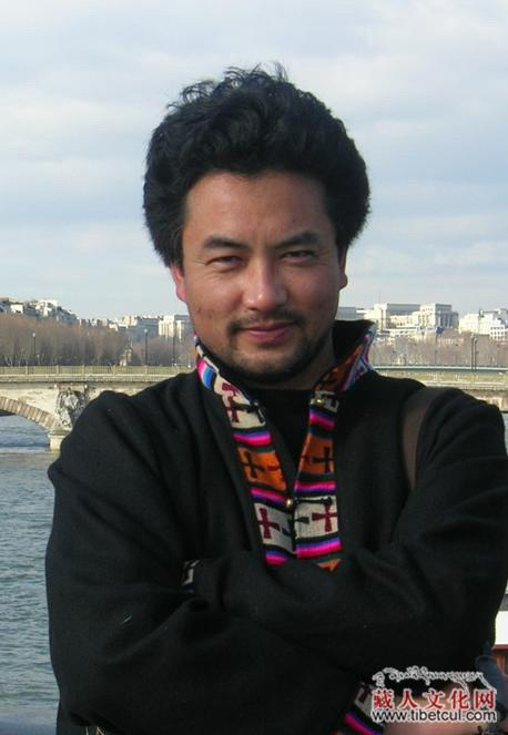 这三张照片,就是于2016年6月25日从北京飞往青海西宁市机场被机场警察强行铐上手铐,以暴力手段强制带至西宁机场派出的著名藏人导演万玛才旦。 详情:https://t.co/IuNUlK1QjR https://t.co/XJQDYG57Te