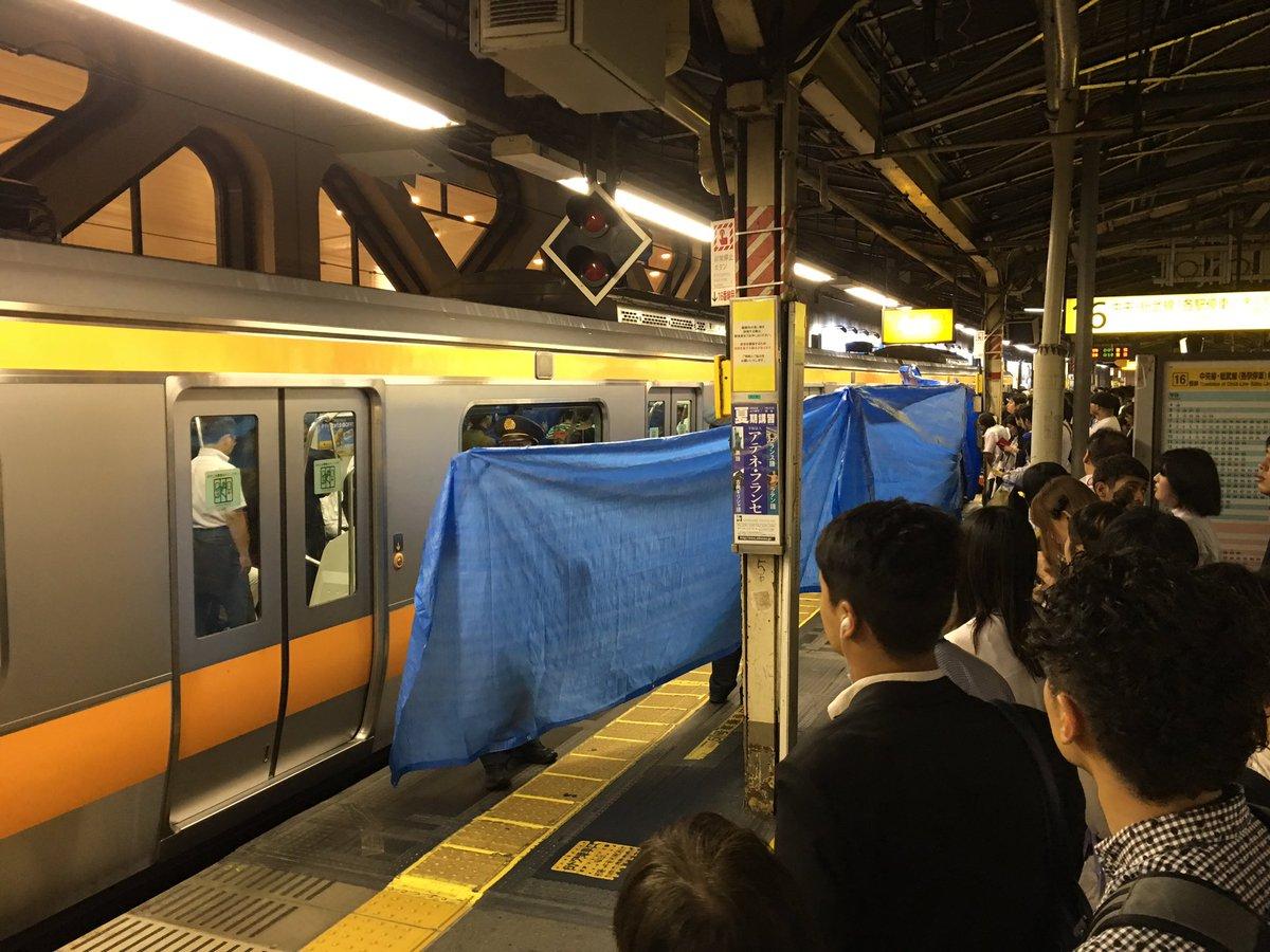人身事故なう((((;゚Д゚)))) #JR #中央線 #新宿 https://t.co/S4jBrNGlpp
