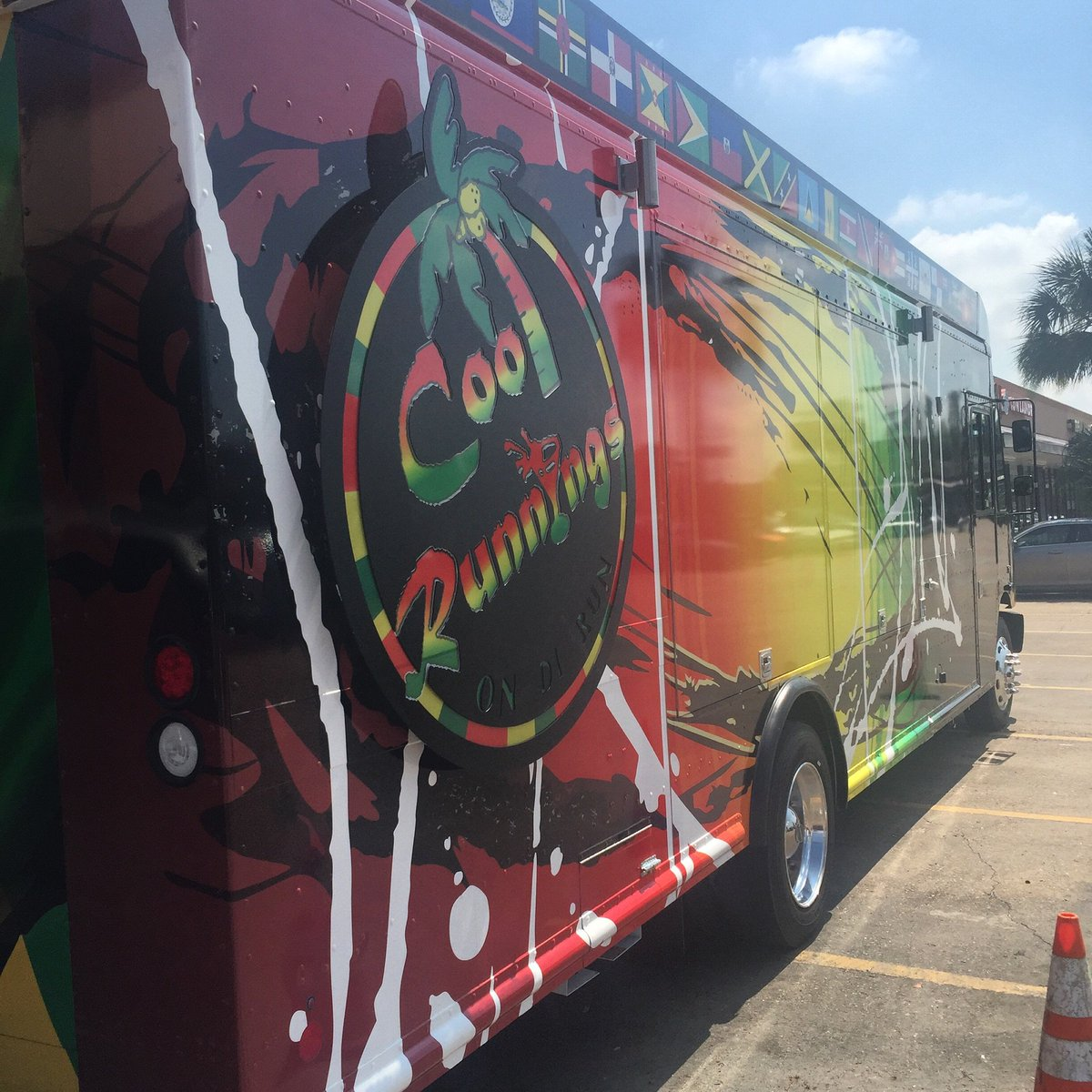"Had to come see the @coolrunningsjamaicangrill food truck in person. It's ready to be ""On Di Run"" https://t.co/vmPIPCDHol"