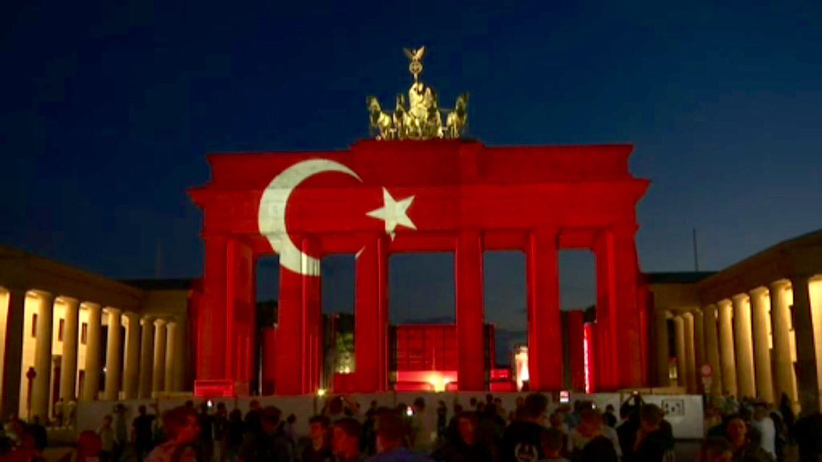 Berlin's Brandenburg Gate lit up with Turkish al-bayrak in honor of #IstanbulAttack victims https://t.co/Ye7ZFH8m8r