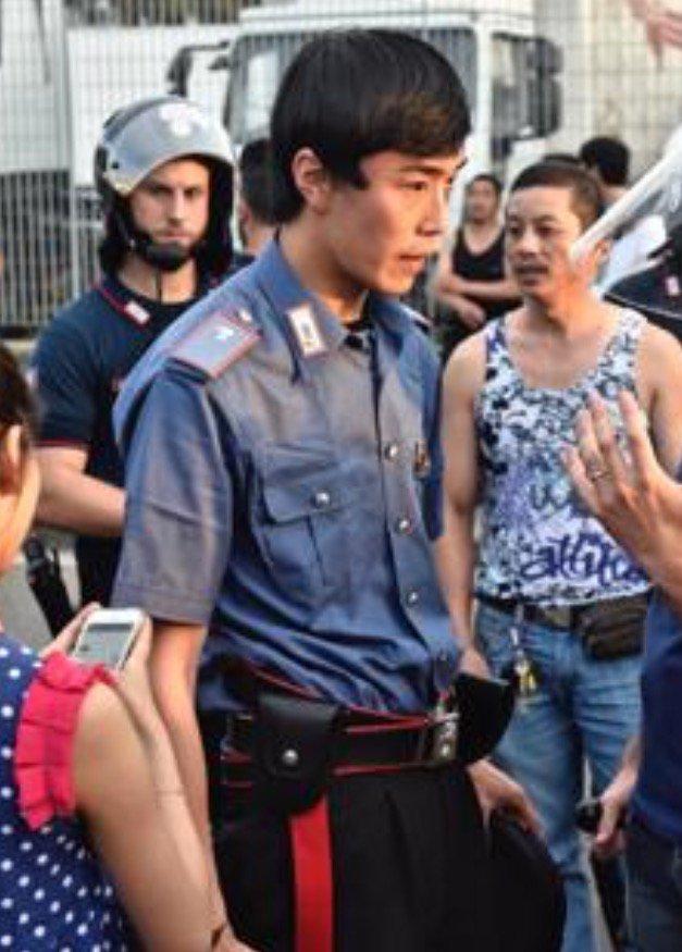 foto da conservare: il carabiniere italiano di origine cinese che ieri ha mediato durante gli scontri a Sesto F.to https://t.co/jE0KYTDlgJ