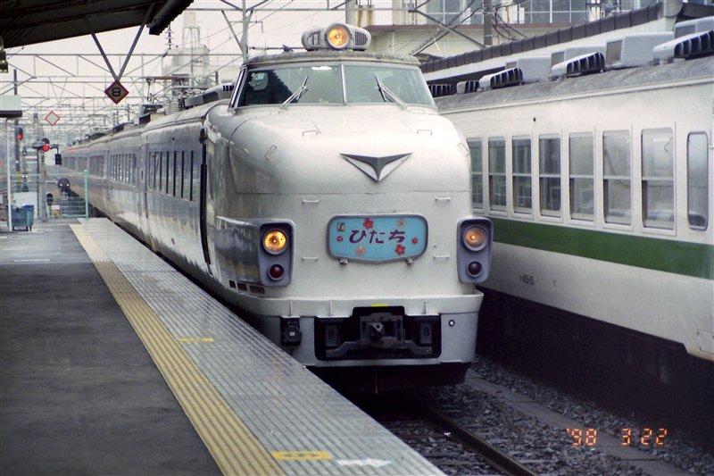 「1998年になにしてた?」みたいなタグが流れてきたので、1998年の写真を放り込んであるフォルダを覗いてみた。常磐線での運用末期の485系「ひたち」を撮ったものがあった(場所は勝田駅)。一緒に写り込んでいる455系電車も貴重か。 https://t.co/3e0M5AbeUt