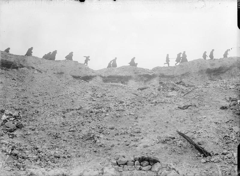 La colonne de terre projetée s'élève à 1300m de haut. Cette mise à feu marque le début de la bataille de la Somme. https://t.co/SxvM6qw6wn
