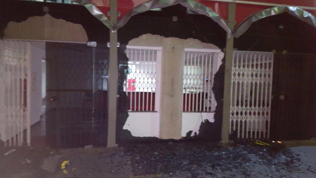 Sede nacional do @ptbrasil atacada durante a madrugada.Escuridão sobre a tolerância e democracia