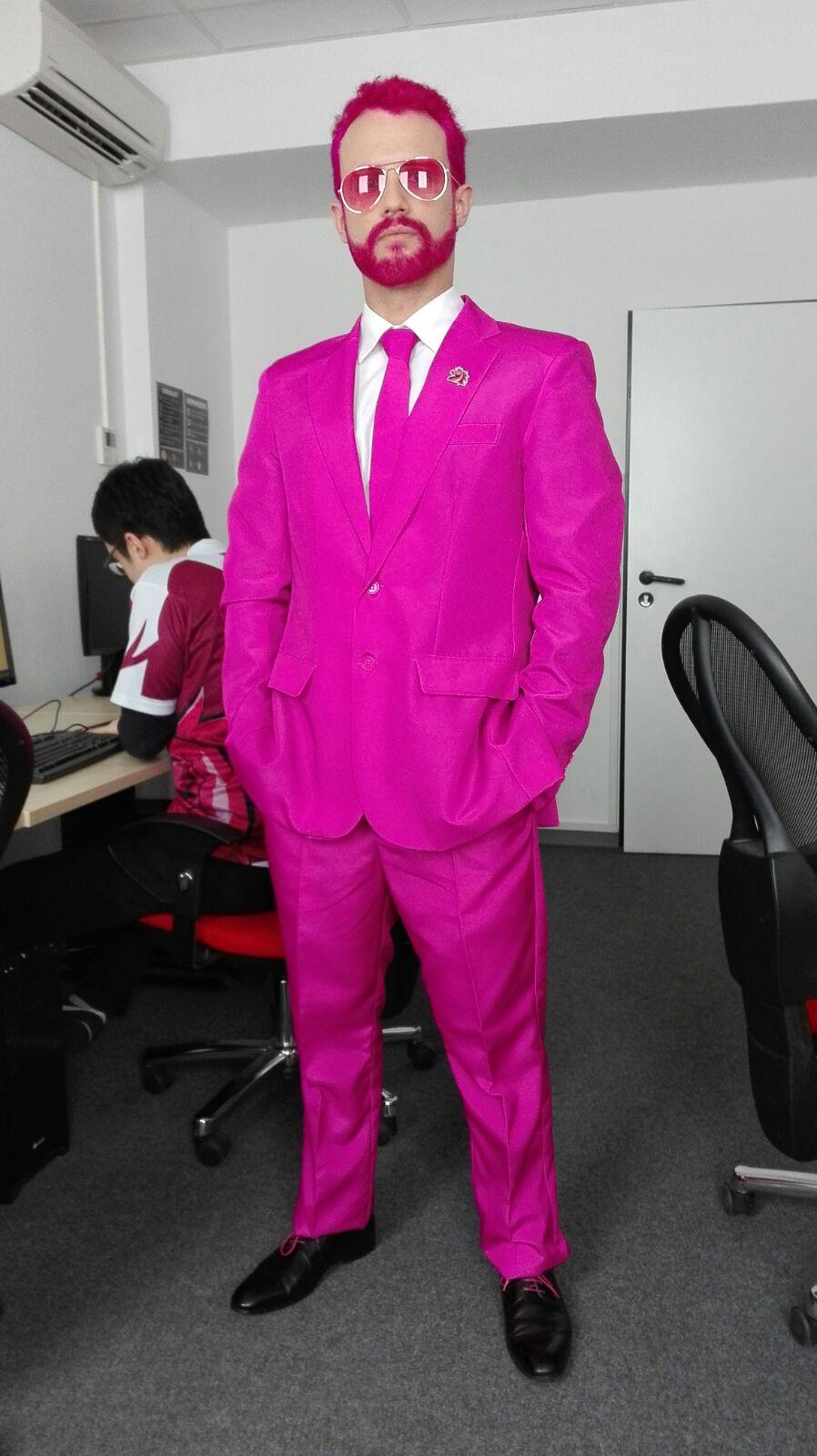 брат пацан в розовом костюме моделью