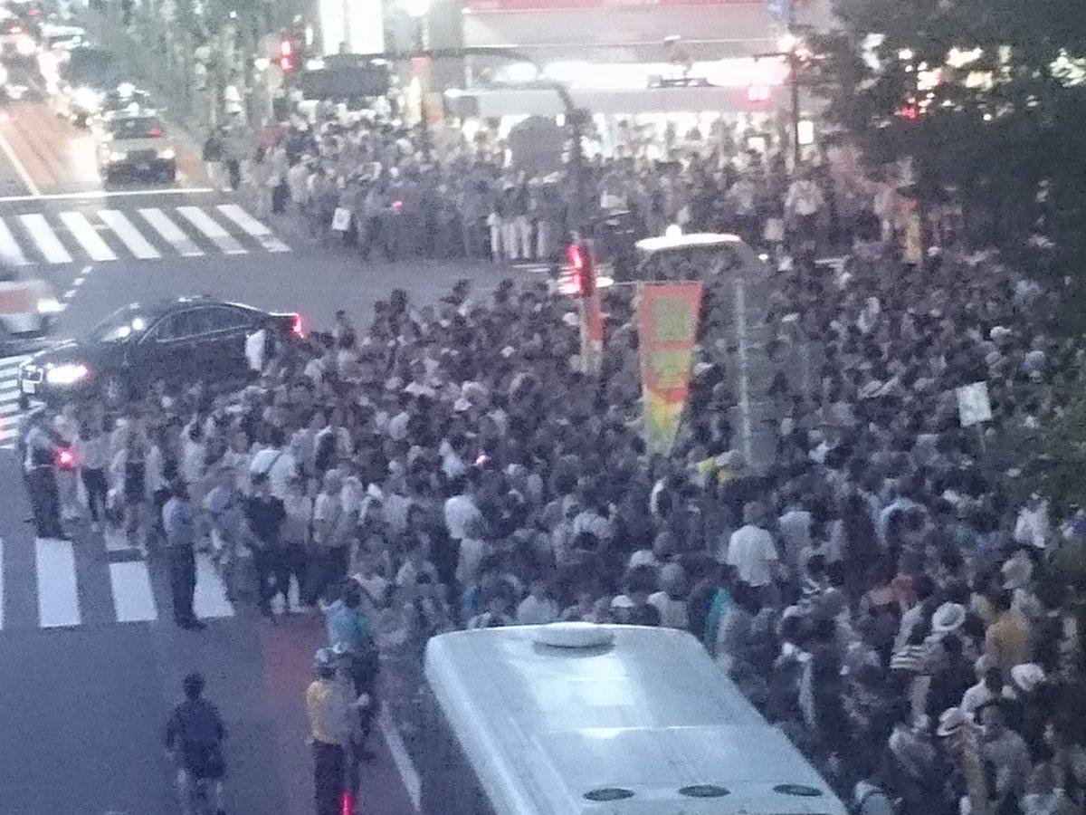 三宅洋平さんの選挙フェスへ来てみた。ハチ公前交差点、聴衆がはみ出ている。今までの彼のフェスは全部見てきてるけど、ここまでの人の多さは初めてなんじゃないか。#三宅洋平 #山本太郎 https://t.co/Il3eaVdBo5