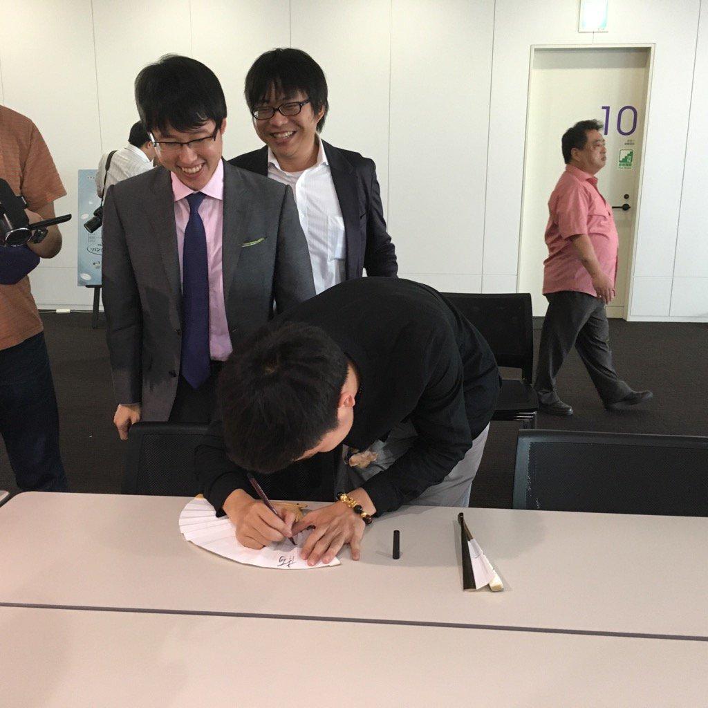 柯傑九段にサインをねだる井山七冠(笑) https://t.co/smAGxFccB5