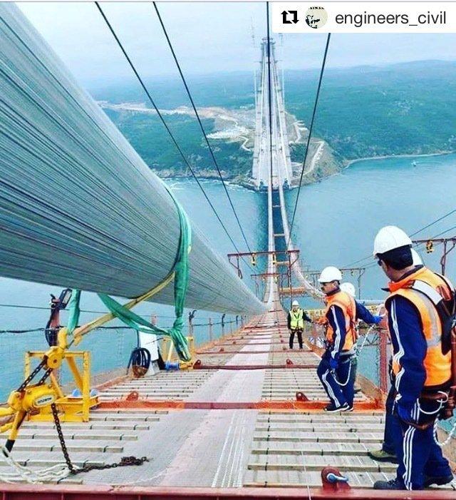 Instalación de un cable durante la construcción de un puente