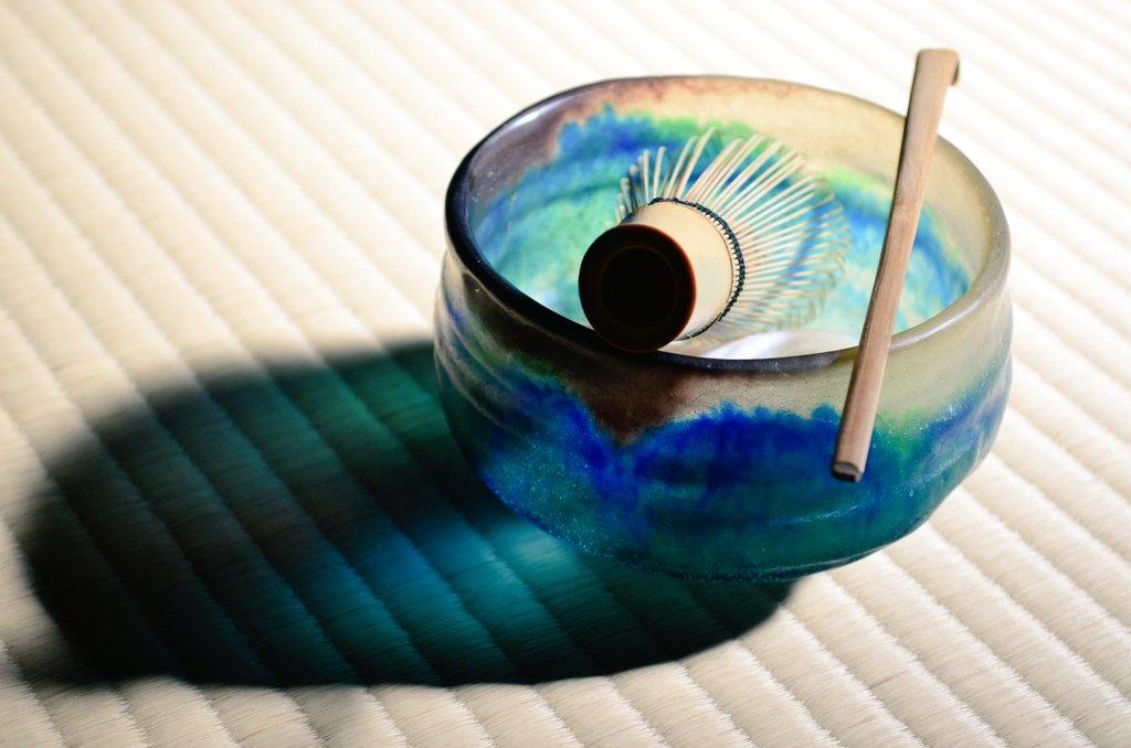 先日もご紹介したばかりですが、本日の七事式でも活躍して貰いましたパート・ド・ヴェール茶碗(´▽`)ノ  耐熱ガラスではありませんが、熱湯も普通に使えます♪  紀元前から伝わる世界最古の硝子技法は、伊達じゃありません(`・ω・´)o https://t.co/7g4Z8moQrC