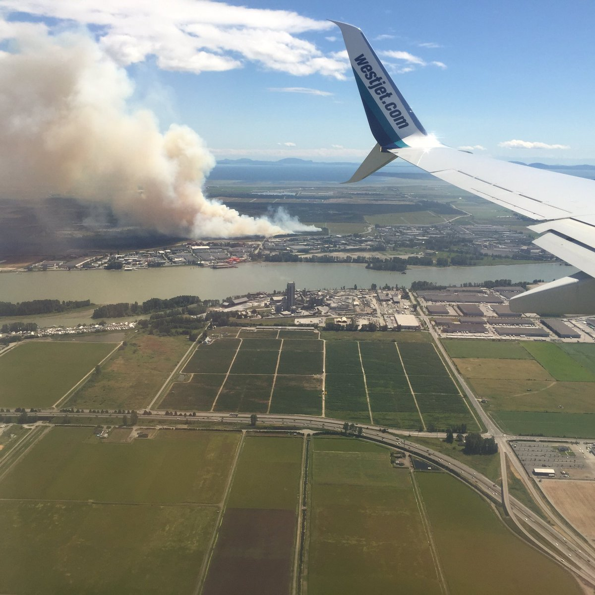 Took this on approach into #YVR The 10 #burnsbog fire now 10 hectares. @GlobalBC @BC1 https://t.co/pmrpXEFhXK