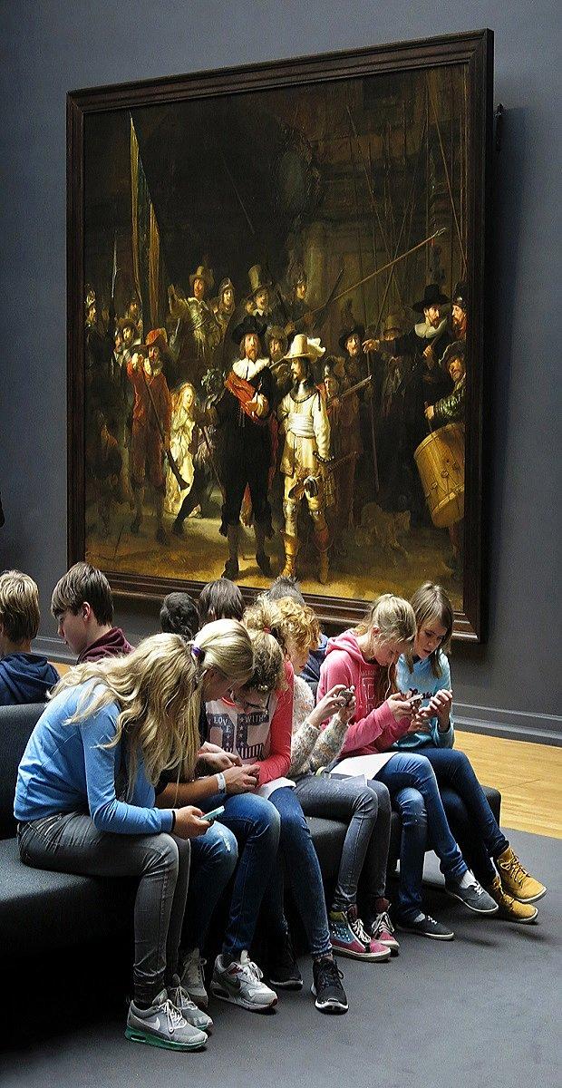 Se viralizó esta foto de unos chicos en el Rijkmuseum, hipnotizados por sus pantallas, ignorando a Rembrandt. https://t.co/VE4PKvJ88x