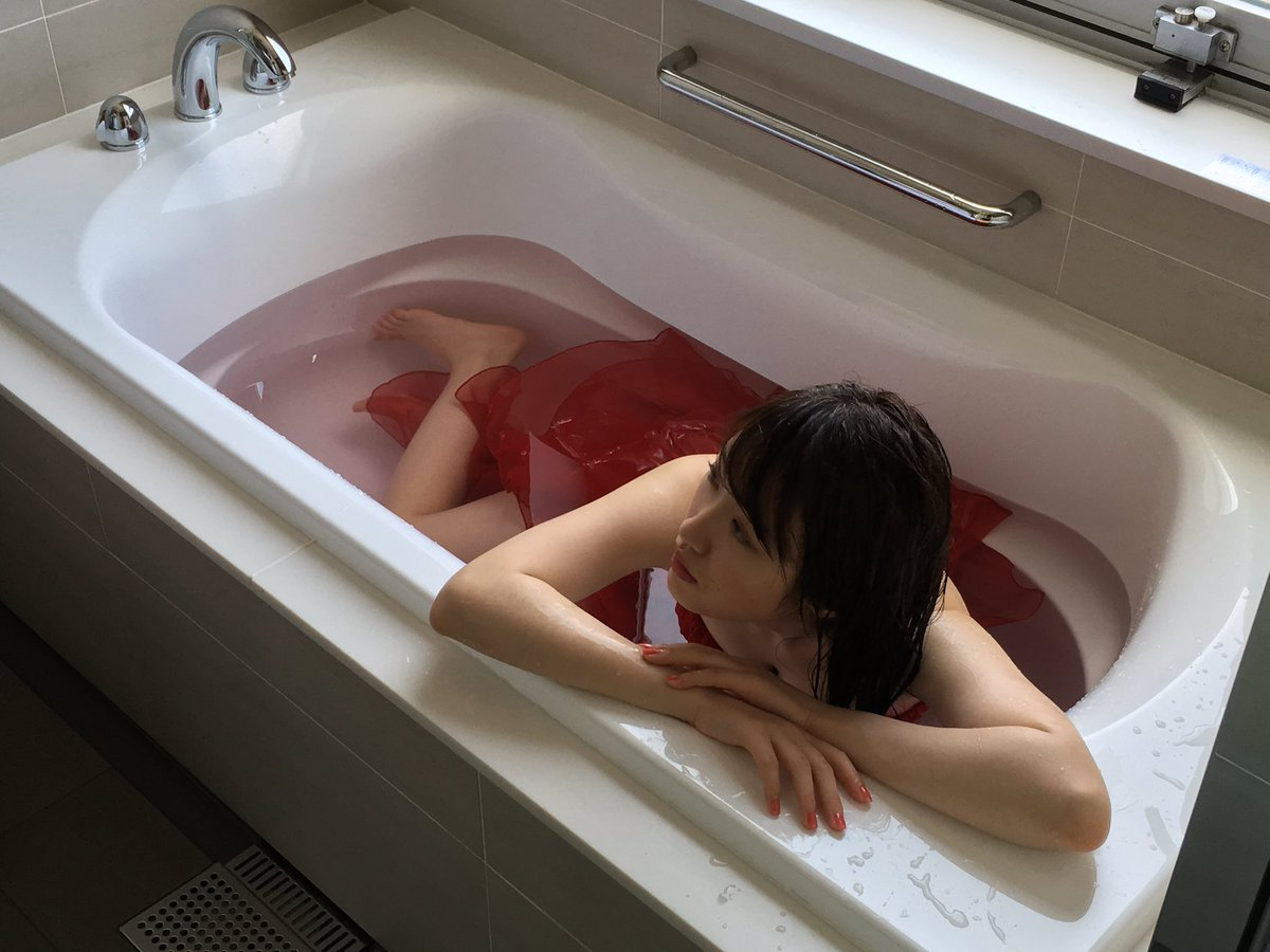 文化杂志《BUBKA》2016年8月号中的性感写真。以红色礼服裹身的高山横躺在浴缸中,身姿妩媚。充满了与平日的健康阳光形象迥然不同的魅力。