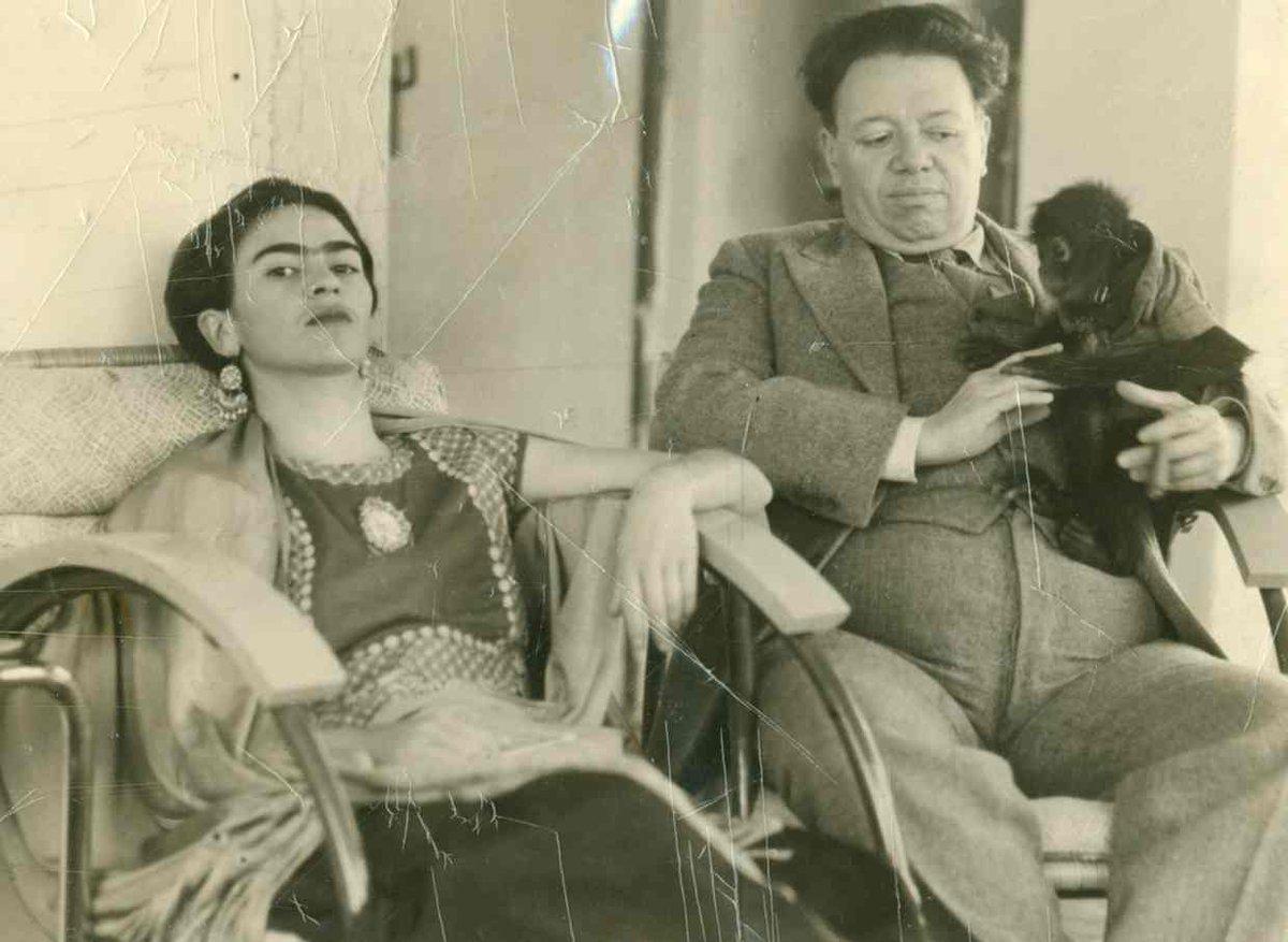 RT @artribune Foto del giorno: Frida Kahlo e Diego Rivera con la loro scimmietta Fulang-Chang, 1937...