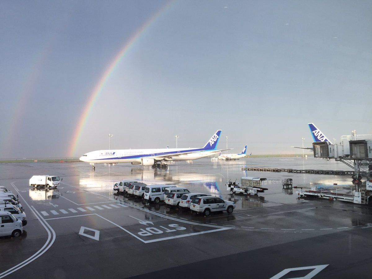 羽田は猛烈な雷雨だったようで、しばらく機内待機でしたが、降りると見事な虹が。 https://t.co/C2Y90dW4U9