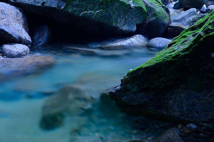 凍ってしまいそうな川の水が涼しい