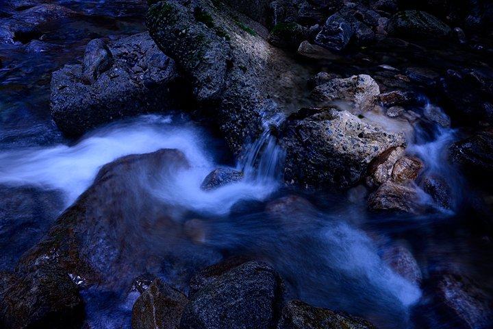 川を流れる冷たい水