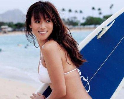 サーフボードを持って嬉しそうな笑顔で振り返る深田恭子