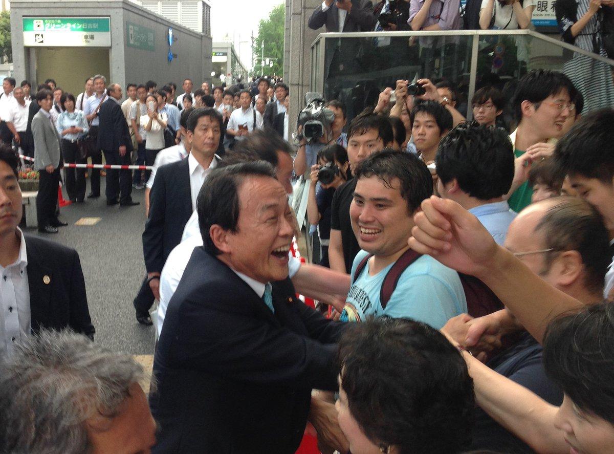 麻生副総理をお迎えしての、日吉駅慶応大学側での街頭演説会の様子です。  国会で「利便性の向上」を求めた結果、日吉キャンパス内に期日前投票所ができました。是非、選挙権を行使してください。 https://t.co/8T8v3GsABf https://t.co/2NmH9KCeoc