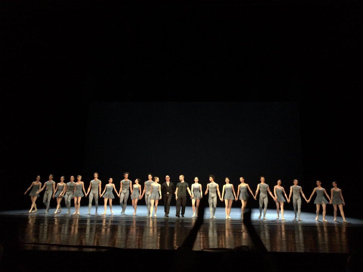 Heureux qui comme #William Forsythe a fait un beau ballet pour @operadeparis... Qui le lui rend bien! @BalletOParispic.twitter.com/8Cq11tT2rG