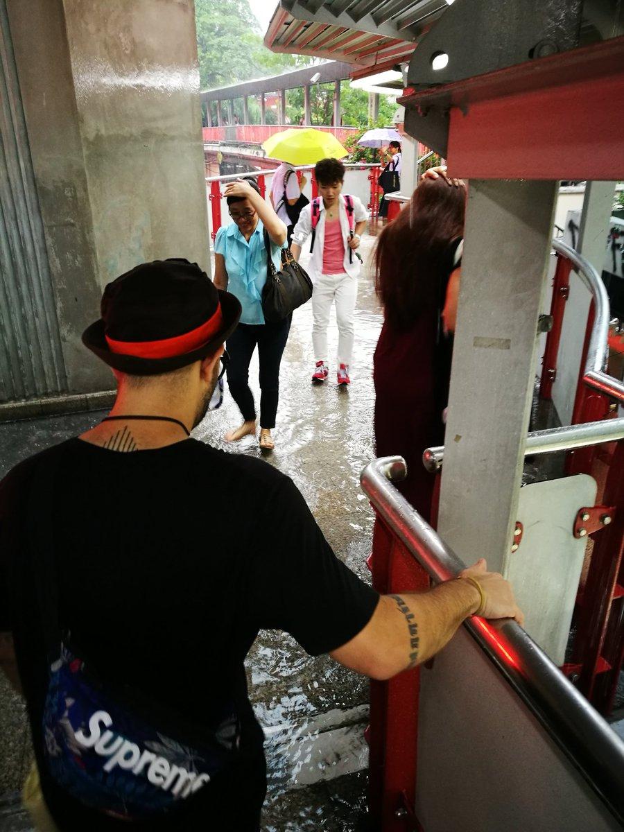 น้ำท่วมบน Skywalk ที่สยาม มันจะเมพไปแล้ว! https://t.co/mlcXD8hLdP